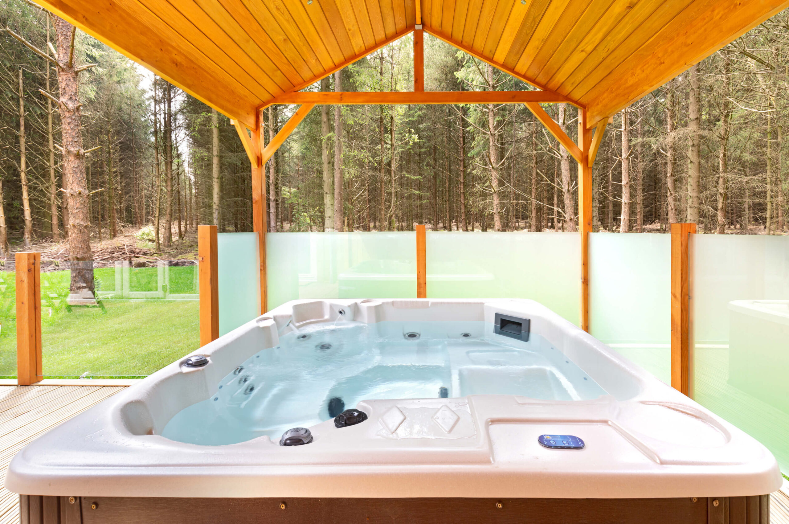 An outdoor jacuzzi on the deck of a Pinelog lodge
